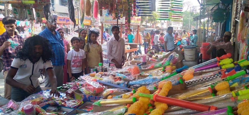 बाजारों में सजी पिचकारी,रंग और अबीर की दुकानें