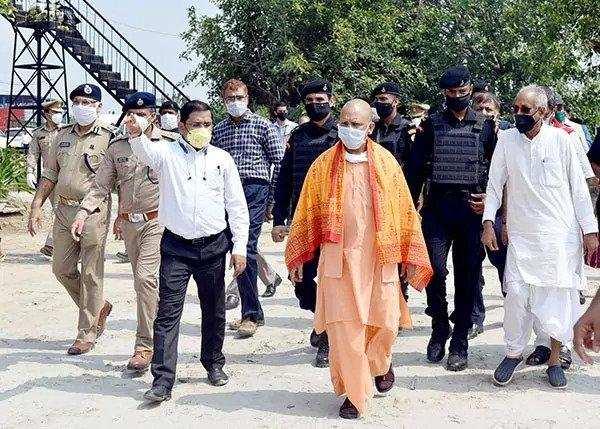 मुख्यमंत्री का जनपद अयोध्या भ्रमण,अयोध्या के इण्टीग्रेटेड कमाण्ड एण्ड कन्ट्रोल सेन्टर का निरीक्षण, प्रत्येक संक्रमित व्यक्ति को उपचार उपलब्ध होना चाहिए