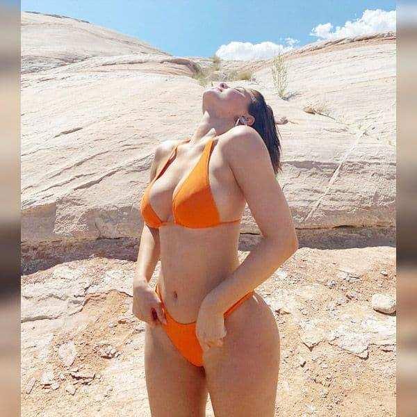 काइली जेनर ने बिकिनी में दिए हॉट पोज, सेक्सी क्लीवेज देख फैंस के उड़े होश !