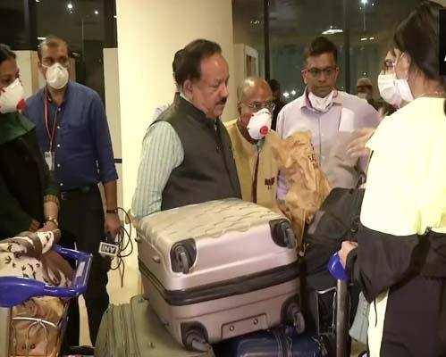 आधी रात दिल्ली हवाईअड्डे पहुंचे स्वास्थ्य मंत्री हर्षवर्धन ने व्यवस्थाओं का लिया जायजा
