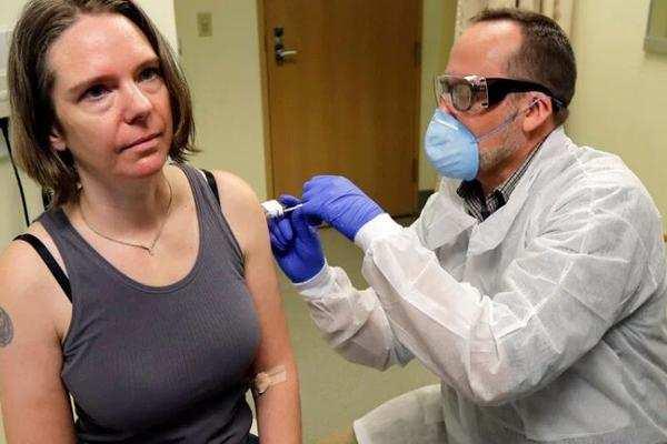 CORONAVIRUS : कोरोना वैक्सीन की पहली सूई लगाई US में 43 साल की महिला के , इसके बाद महिला ने ये बताया