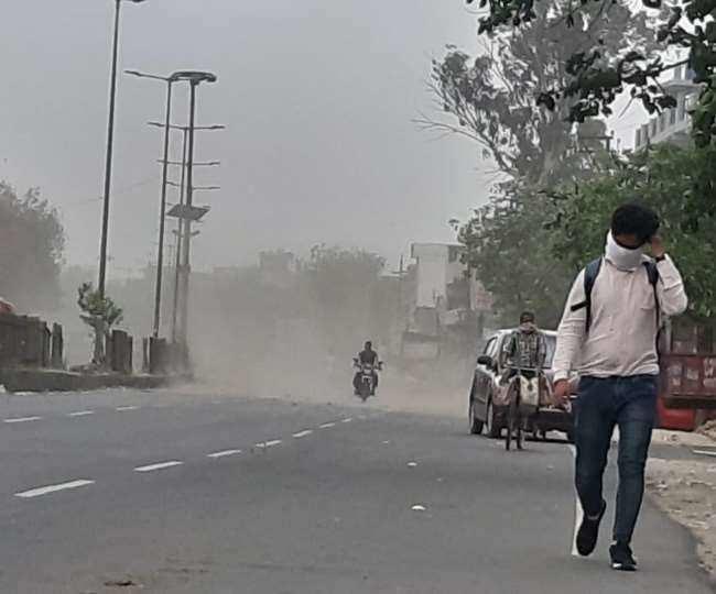 दिल्ली-NCR में बदला मौसम का मिजाज, कई जगहों पर तेज हवा के साथ बारिश