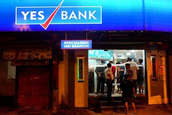 YES BANK पर RBI ने कसा शिकंजा, एक महीने में ग्राहकों को 50 हजार निकालने के आदेश के बाद ATM के बाहर लगी भीड़