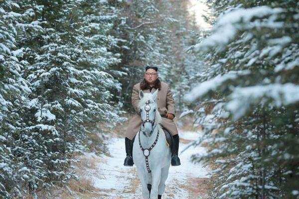 'पवित्र पर्वत' पर दौड़ाया उत्तरी कोरियाई नेता किम ने सफेद घोड़ा