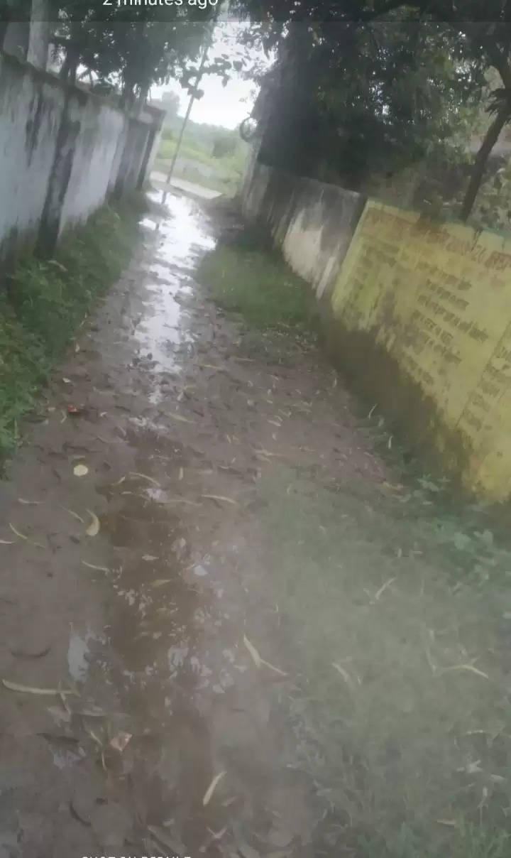 प्रतापगढ़ जिले के सांगीपुर ब्लाक में राजापुर न्याय पंचायत में जलभराव के कारण लोगों को आने जाने में हो रही है समस्या