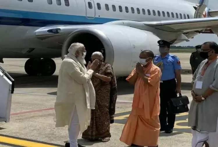 प्रधानमंत्री मोदी काशी पहुंचे, राज्यपाल और सीएम योगी ने किया स्वागत