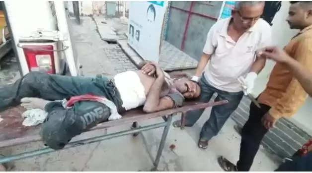 शराब के नशे में लेटे ब्यक्ति पर हुआ जानलेवा हमला, गांव में मची अफरातफरी