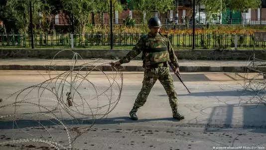 कश्मीर में एक घंटे में तीन अलग अलग आतंकवादी हमलों में तीन आम नागरिक मारे गए
