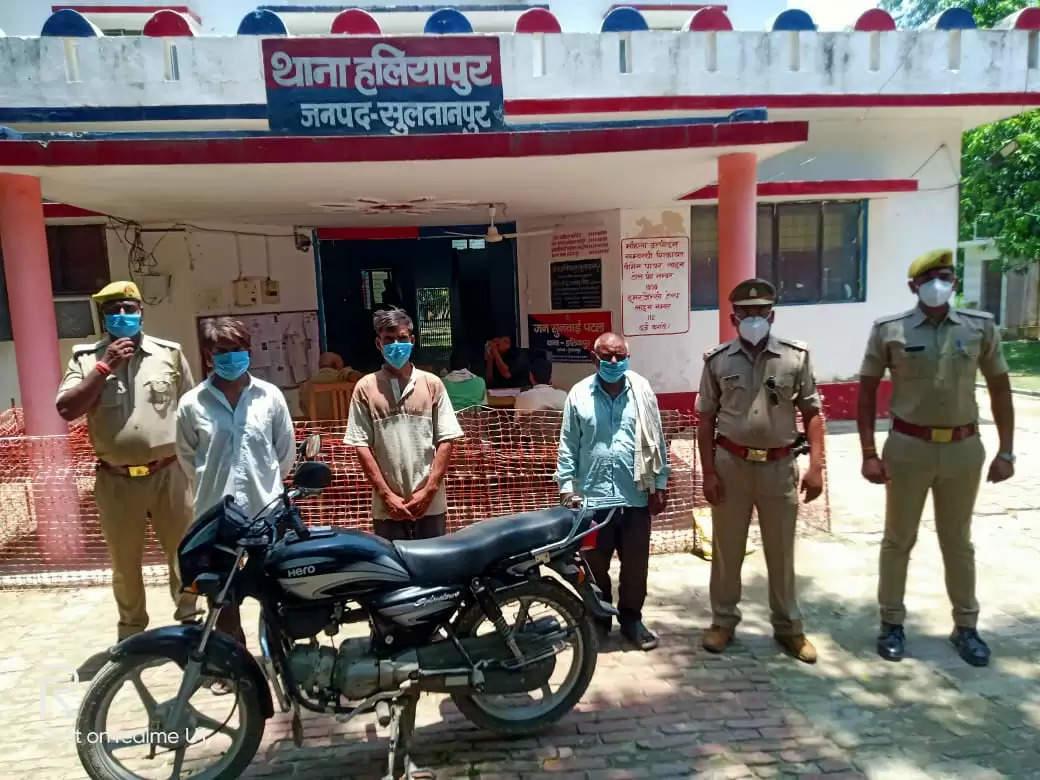शातिर मोटरसाइकिल चोर गैंग चढ़ा पुलिस के हत्थे,चोरी के 24 घण्टे के भीतर मोटरसाइकिल सहित चोरों को पुलिस ने किया गिरफ्तार