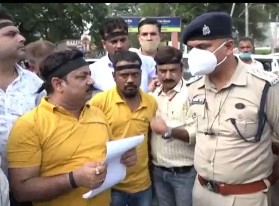 दैनिक भास्कर और भारत समाचार पर आयकर छापेमारी के विरोध में कानपुर प्रेस क्लब के किया प्रदर्शन
