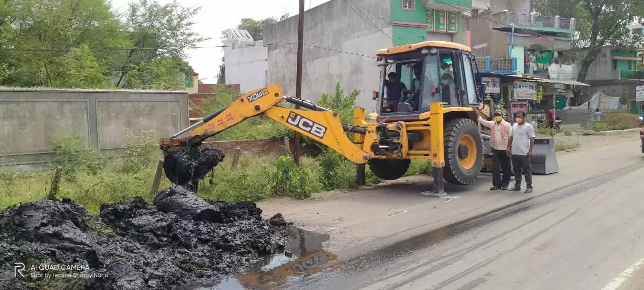 बरसात के पहले नगर पंचायत द्वारा नगर के मुख्य नाला की सफाई की जा रही ।