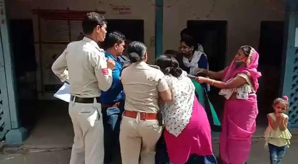 पत्नी थाने में आपा खो बैठी और पति की शुरू कर दी पिटाई, वीडियो वायरल