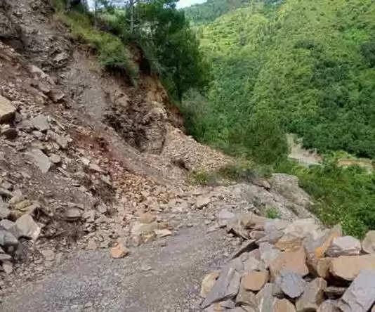 देहरादून -गोपेश्वर के गुनाली गांव में अब भी हो रही पत्थरों की बारिश