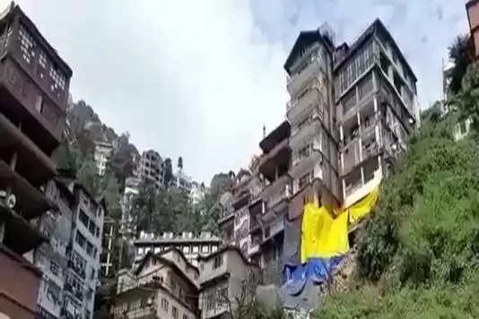 शिमला के कच्चीघाटी में करीब पांच दिन पहले भरभरा की गिरे भवन के बाद वहां 4 और भवन खतरे की जद में