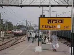 इटावा मे मानव तस्करी की खबर पर रेलवे जक्शंन पर राजकीय रेलवे पुलिस ने4 बच्चों को एक मौलाना के साथ उतार लिया