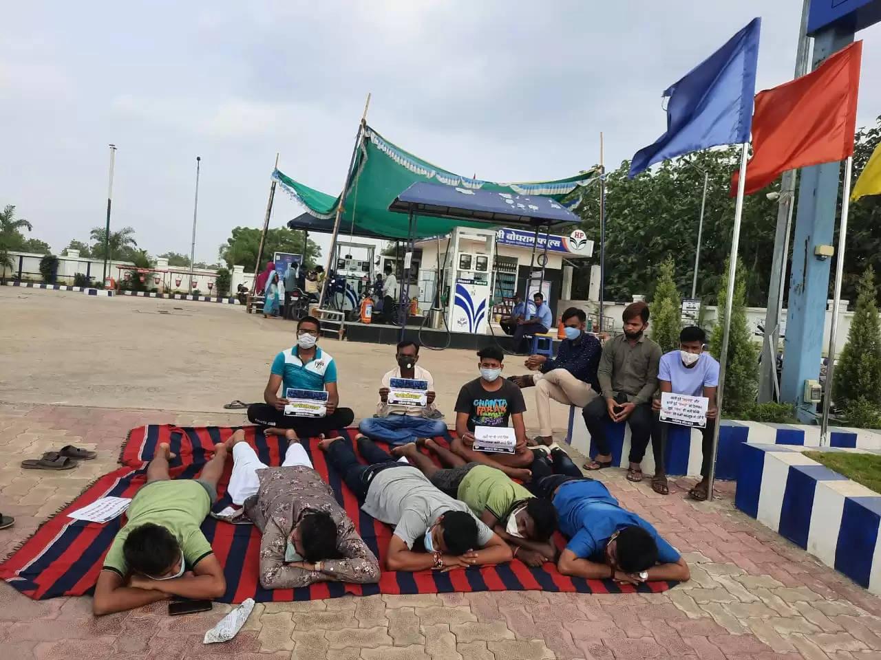 प्रदेश कांग्रेस कमेटी के आह्वान एवं NSUI द्वारा पेट्रोल एवं डीजल का महंगाई के विरोध में धरना प्रदर्शन ।