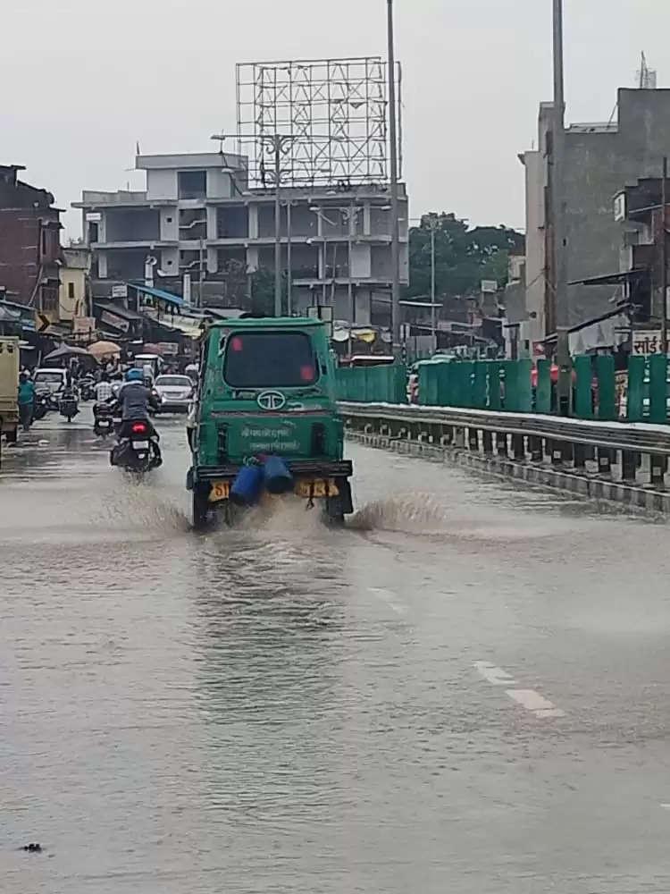 झमाझम बारिश से हाईवे पर भरा पानी, दोपहिया वाहन पास से गुजरने वाले लोग कीचड़ से होते है लथपथ
