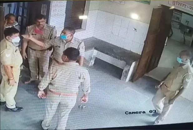गोरखपुर: खोराबार PHC में डॉक्टर और फार्मासिस्ट से भिड़े पुलिसकर्मी, CCTV कैमरे में कैदघटना
