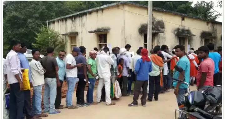 पालीगंज प्रखण्ड कार्यालय परिसर में पंचायत चुनाव एनआर कटवाने को लेकर उमड़ी भीड़