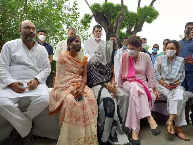 काँग्रेस सचिव प्रियंका गाँधी लखीमपुर पहुँच चीरहरण की पीड़िता अनीता सिंह से मुलाकात कर उन्हें सांत्वना दी