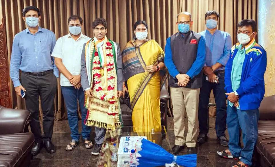 प्रमोद भगत को 6 करोड़ के नकद पुरस्कार से किया सम्मानित : मुख्यमंत्री