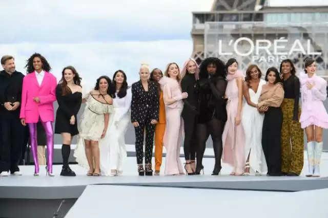 ऐश्वर्या राय'पेरिस फैशन वीक' में रैंप वॉक करते हुए दिखायाखूबसूरती काजलवा