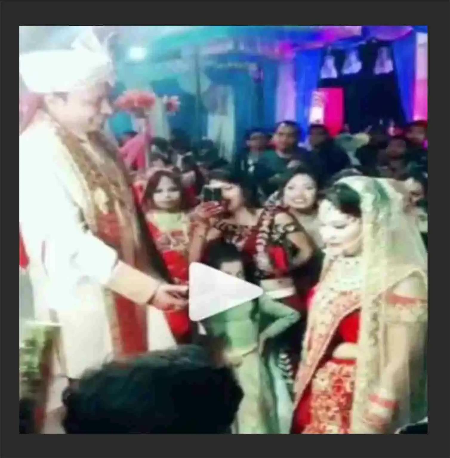 दूल्हे ने बढ़ाया हाथ, तो दुल्हन ने सबके सामने कर दिया गजब का इशारा, दूल्हे के हो गये होश फाख्ता, देखें Viral Video