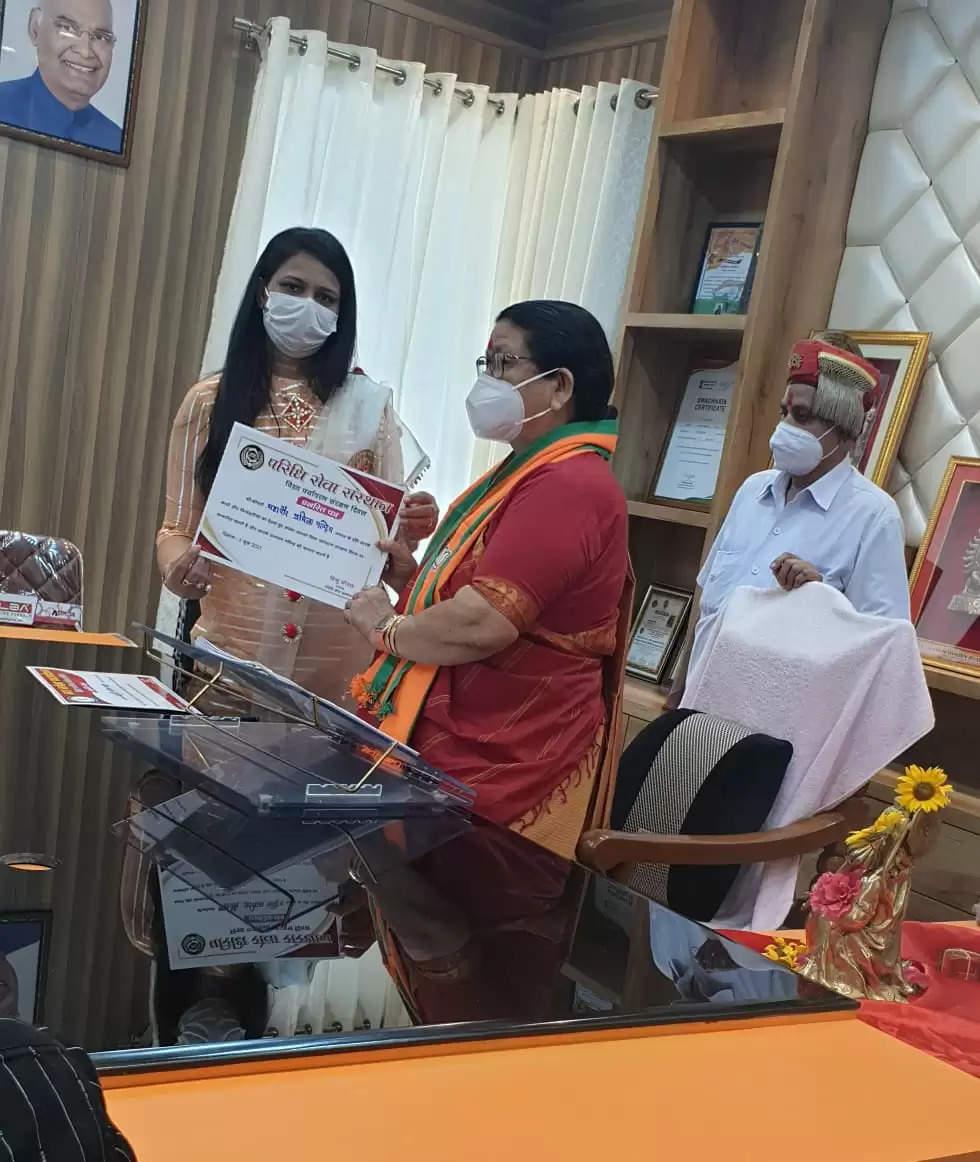 परिधि सेवा संस्थान की अध्यक्ष द्वारा महापौर प्रमिला पांडे को उनके समाज के प्रति किये गये कार्यों के लिए सम्मान