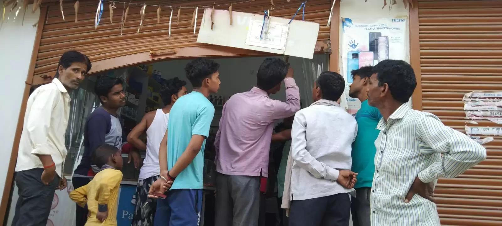 उन्नाव में चोरों के हौसले बुलन्द,मोबाइल शॉप का शटर तोड़ चोरों ने उड़ाया माल