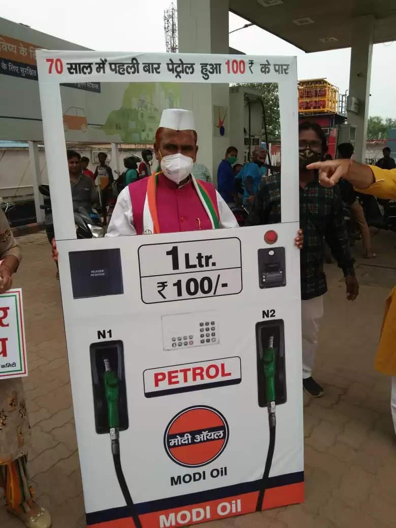 बोकारो जिला कांग्रेस कमेटी द्वारा पेट्रोल डीजल के मूल्य वृद्धि के विरोध में बोकारो के पेट्रोल पंप में प्रदर्शन किया गया