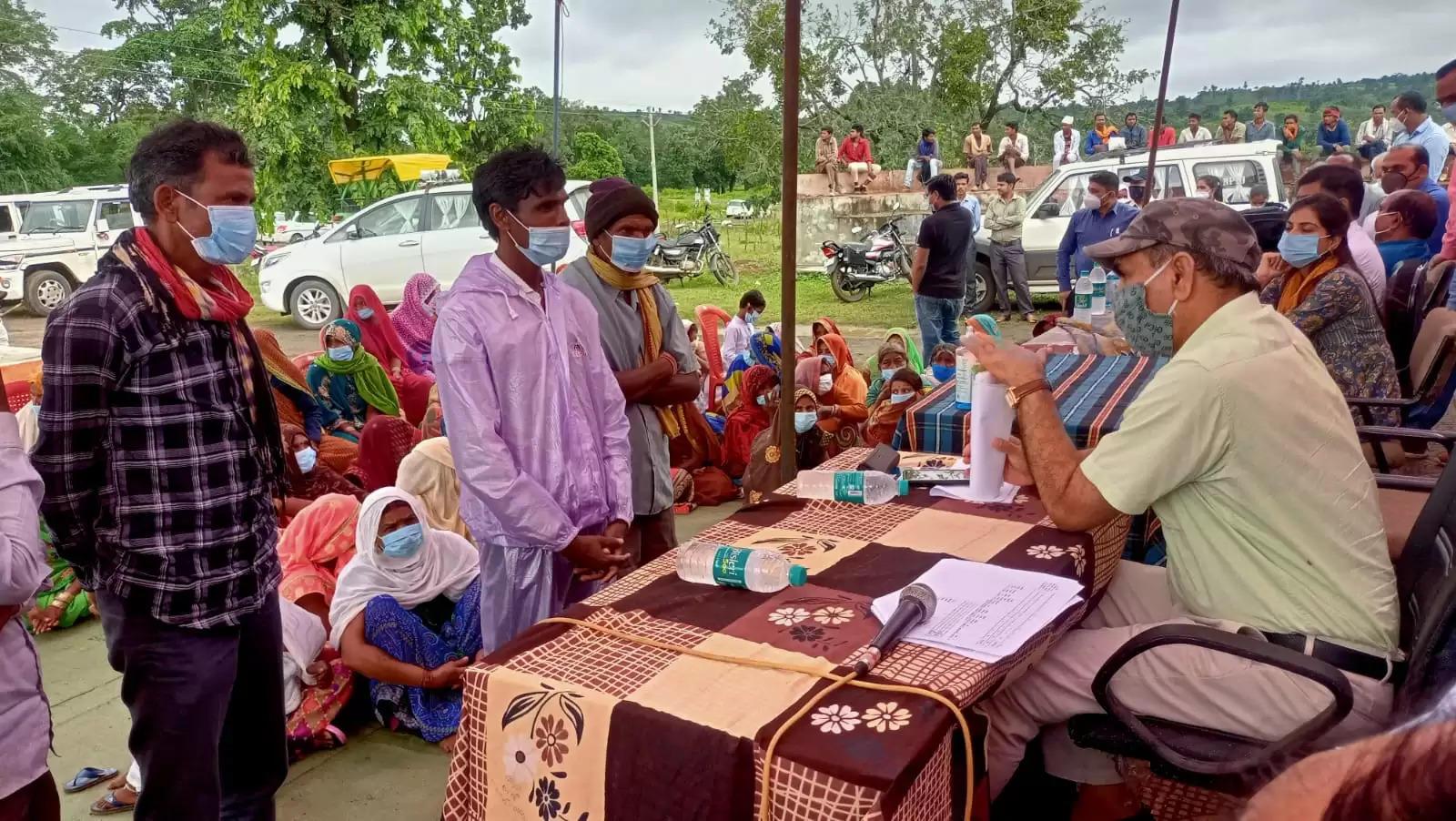 कमिश्नर ने ग्राम पंचायत ग्राम पंचायत पड़मनियां में सुनी ग्रामीणो की समस्याए