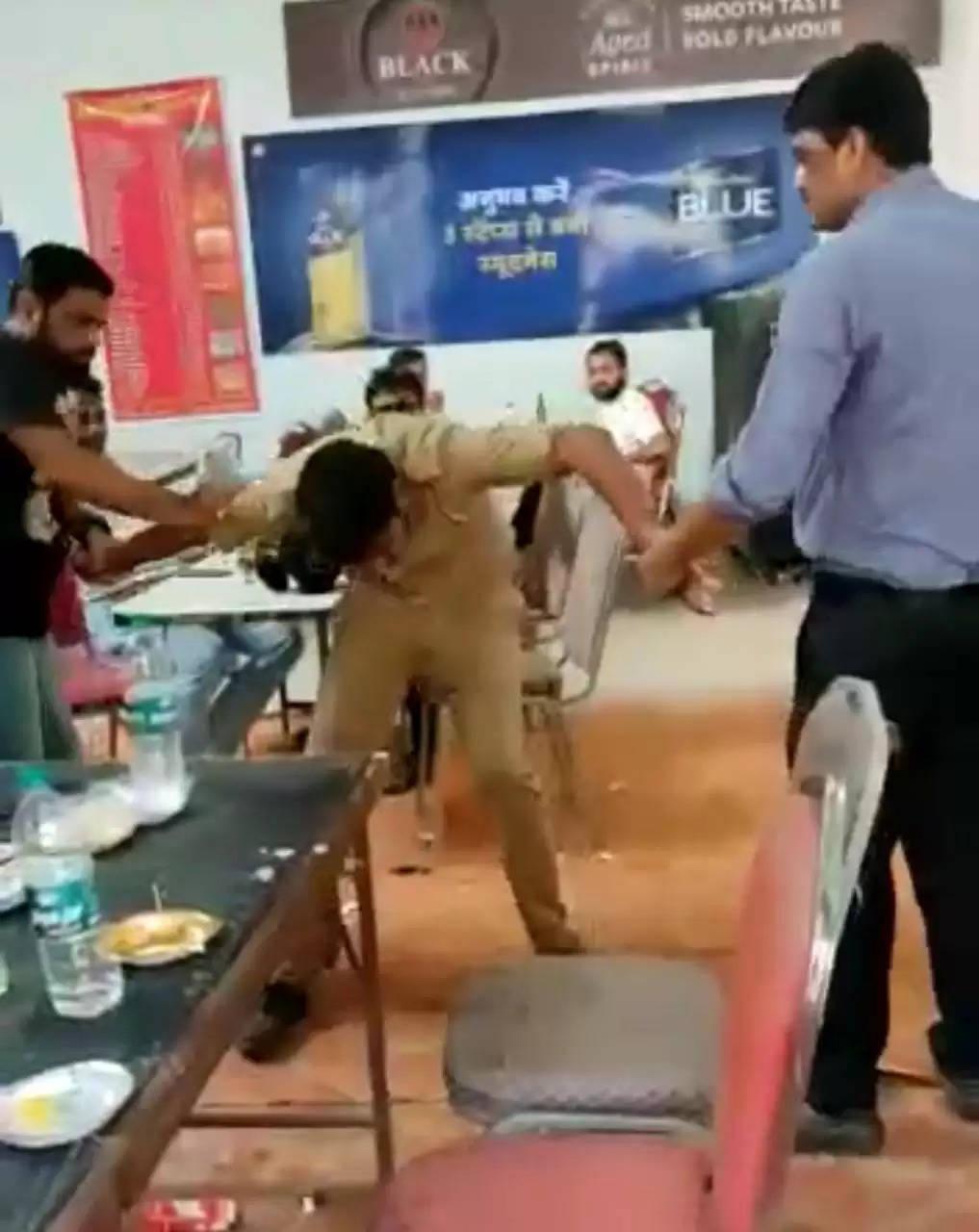 कानपुर - शराब कैंटीन में पुलिस कांस्टेबल की पिटाई का वीडियो वायरल