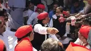 सपा प्रमुख अखिलेश यादव को पुलिस ने हिरासत में,सपा कार्यकर्ताओं का प्रदेश भर में आंदोलन की घोषणा की