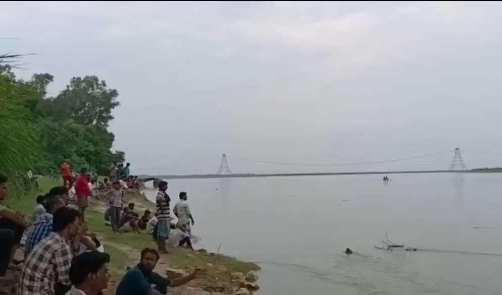 उन्नाव-गंगा में नौका बिहार कर रहे युवको से भरी नाव गंगा में समाई,दो नाविकों समेत 9 युवक गंगा में डूबे