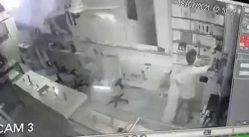 गैस कटर से शटर काटकर चोरों ने शौरूम से उड़ाए मोबाइल, CCTV में कैद हुई वारदात